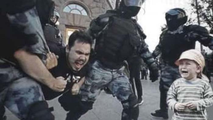 Втори опит: Фалшива новина за арест на баща пред дете по време на протеста