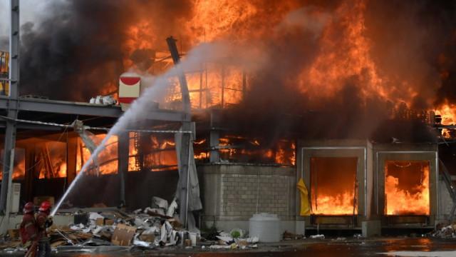 Голям пожар на пристанището в Бейрут месец след мощната експлозия