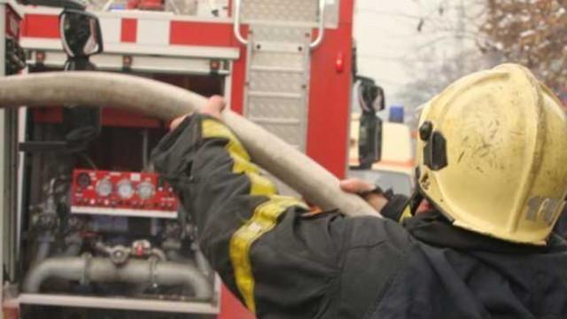 Пожар гори в склад за матраци в Ямбол