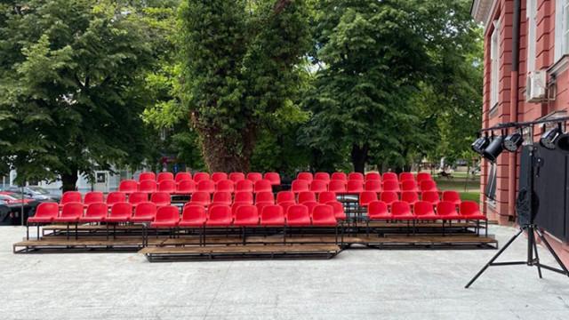 """За часове изкупиха билетите за първия спектакъл  за новата Лятна сцена """"Зад Театъра"""""""