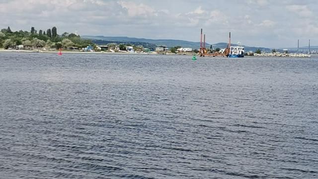 Положиха тръбопровода във Варненското езеро