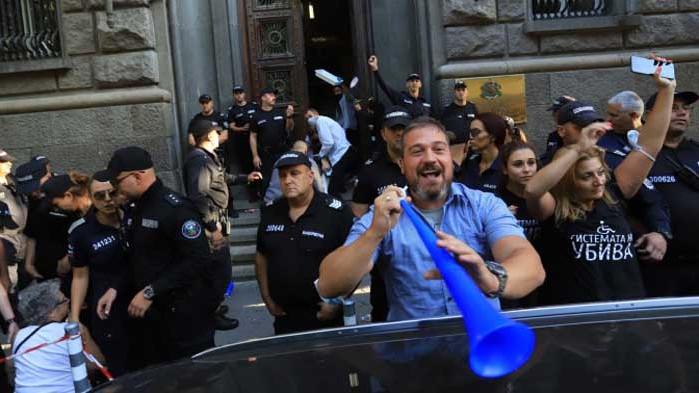 Изкараха протестиращите от сградата на Народното събрание