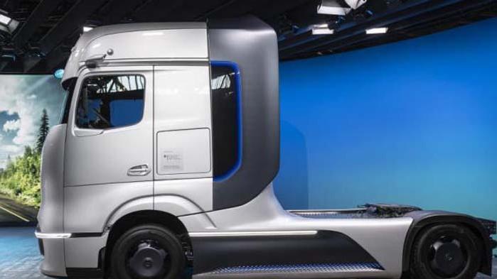 Daimler представи влекача на бъдещето Mercedes GenH2 (СНИМКИ + ВИДЕО)