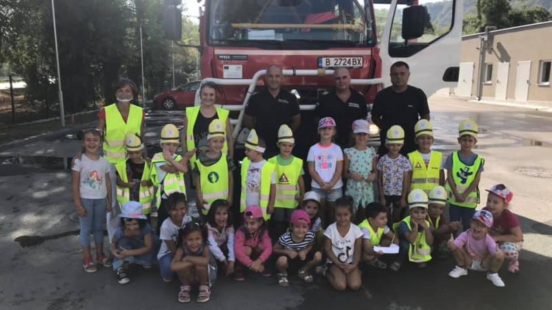 В седмицата на пожарната безопасност огнеборците зарадваха малчуганите
