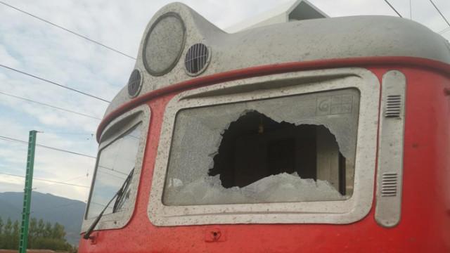 Посегателство срещу локомотив предизвика щети и закъснение на бърз влак от София за Бургас