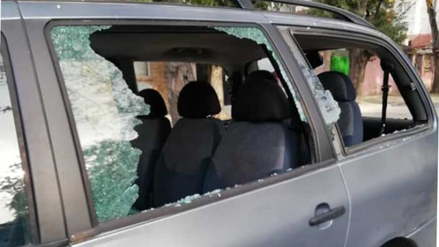 Вандали потрошиха стъклата на няколко автомобила във Варна, граждански патрули в помощ на полицията