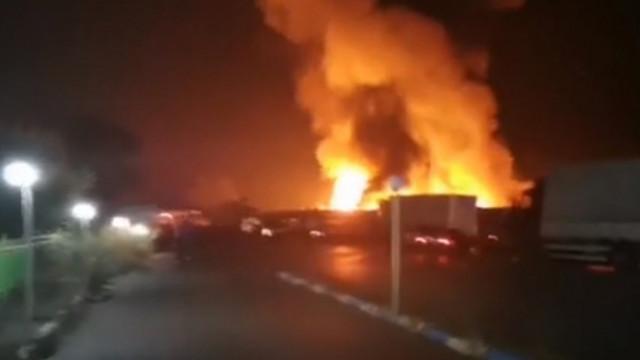 Голям пожар в зеленчуковата борса в Кърналово – унищожени са халета и камиони