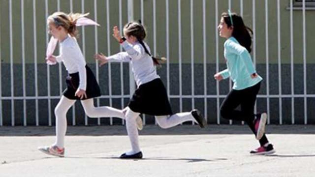 Спортът в училище на открито, в лошо време - в салона по една паралелка