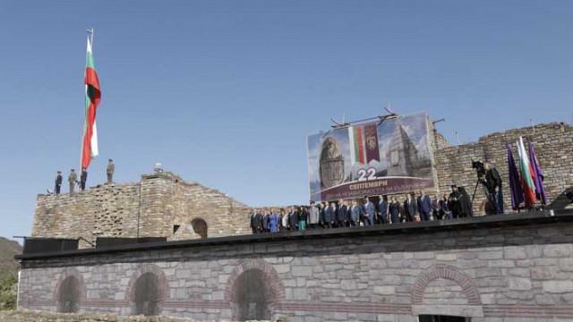 """С военен ритуал издигнаха българския флаг на крепостта """"Царевец"""""""