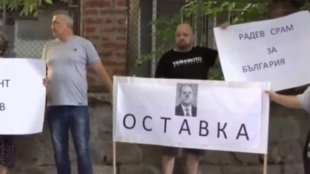 "Пловдивчани чакат Радев пред зала ""Сила"""