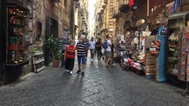 Неапол върна маските на открито