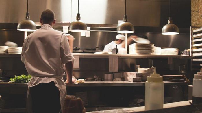 Работещите без трудов договор в секторите хотелиерството и ресторантьорството са намалели с 1/3