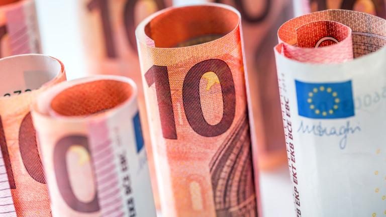 Евро и паунд набират сили, доларът се обезценява