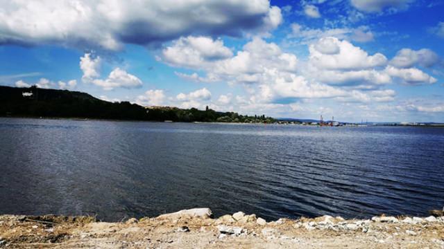 Политически упражнения върху авариралата тръба във Варненското езеро