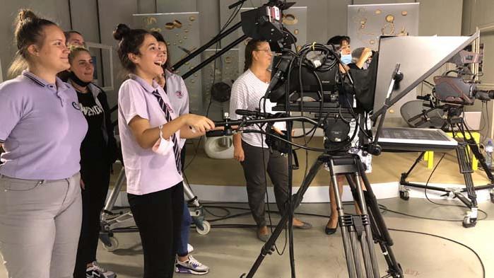 Младежи от Варна заснеха реални интервюта и влязоха в ролята на водещи и оператори