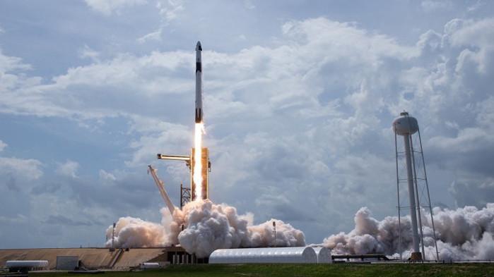 Dragon успешно се скачи с Международната космическа станция