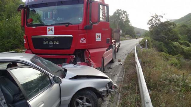 """Камион и """"Хюндай"""" се удариха на пътя Симитли – Банско"""