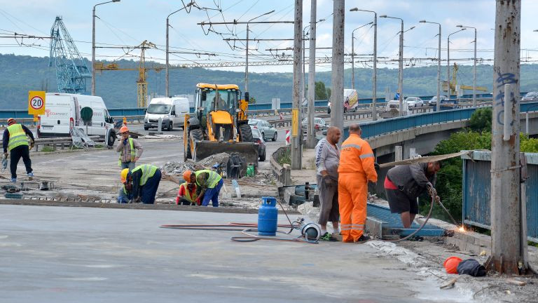 Блъснатият работник на Аспарухов мост все още е с опасност за живота