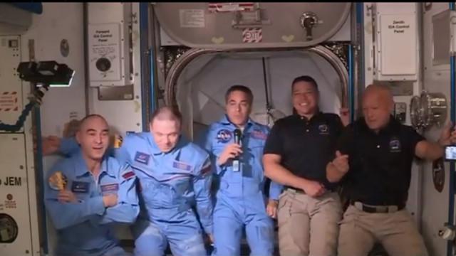 Екипажът на Crew Dragon вече e на борда на Международната космическа станция (СНИМКИ)