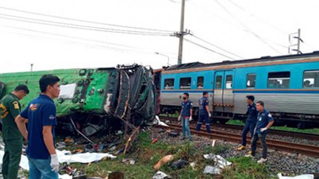 20 жертви при катастрофа между автобус и влак в Тайланд