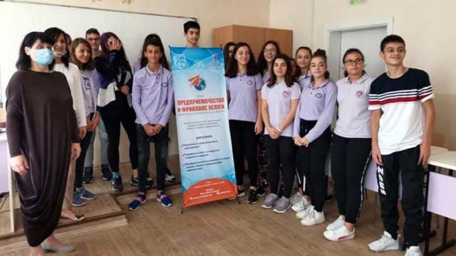 Наръчник помага на младежи по пътя на предприемачеството и  фрийланс услугите