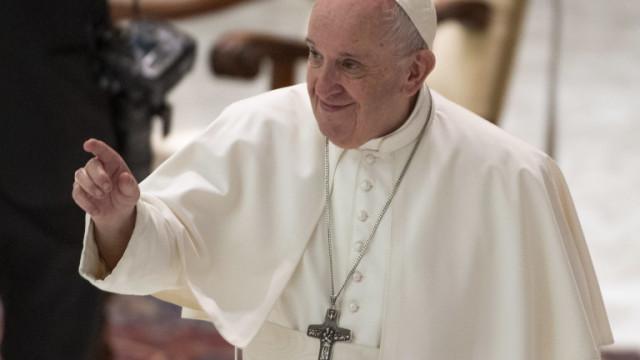 Папата се извини на вярващите, че трябва да спазва дистанция от тях
