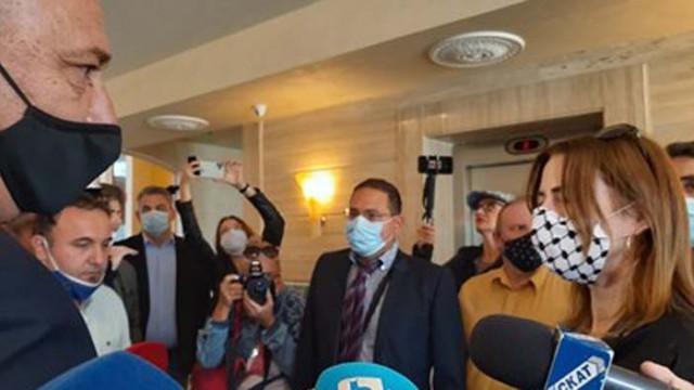 В Поморие евродепутатката Клеър Дейли се скри в апартамент на ирландец от медиите