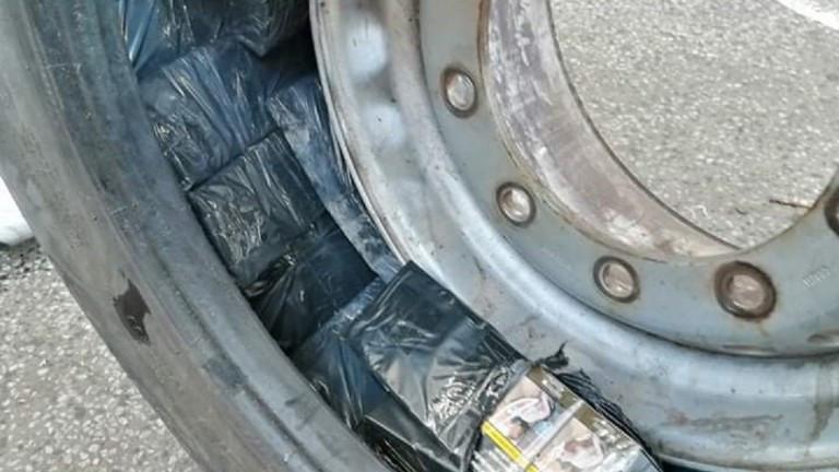 Иззеха над 32 000 къса контрабандни цигари в тайници на тир