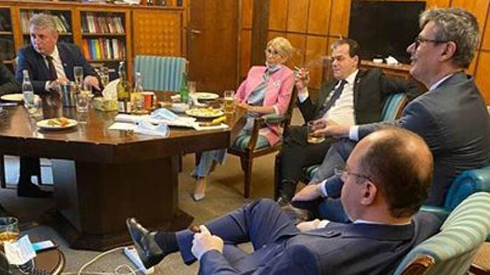 Глоби за румънския премиер и четирима министри след празненство в кабинета на Орбан