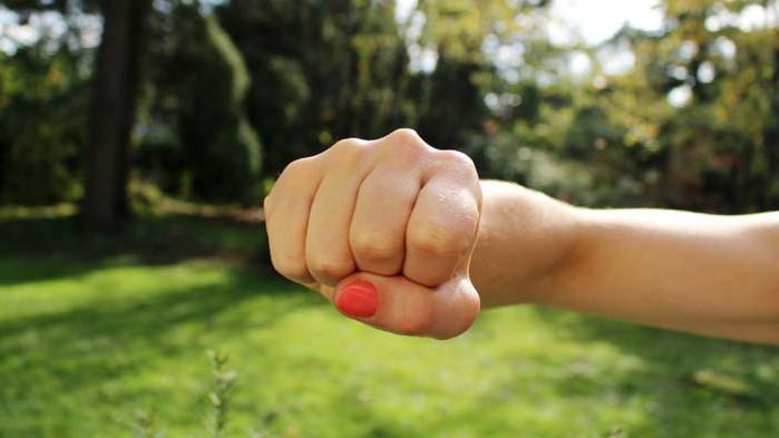Ученички си спретнаха бой в двора на училището