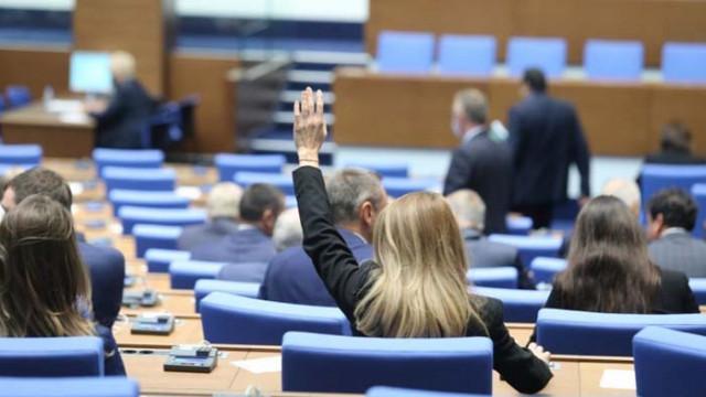 БСП и ДПС не успяха да провалят заседанието на парламента, още един депутат напусна Нинова