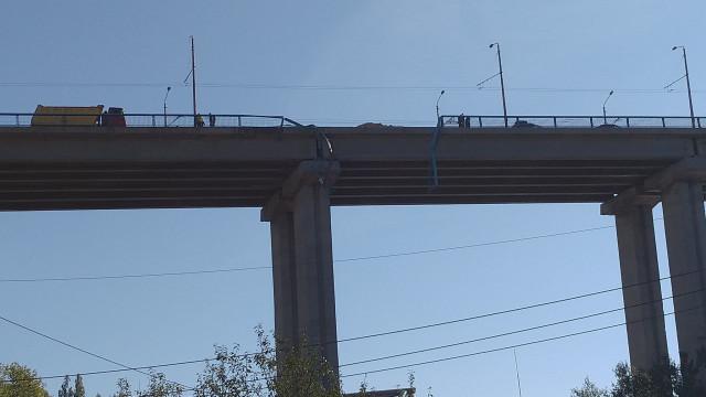 Камион е паднал от Аспарухов мост (СНИМКИ) ОБНОВЕНА