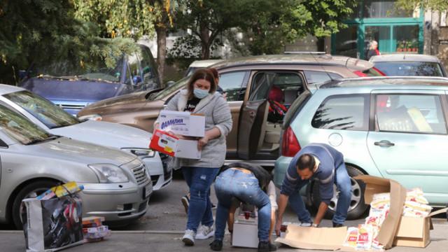 Доброволци раздават храни и лекарства на семейства в нужда