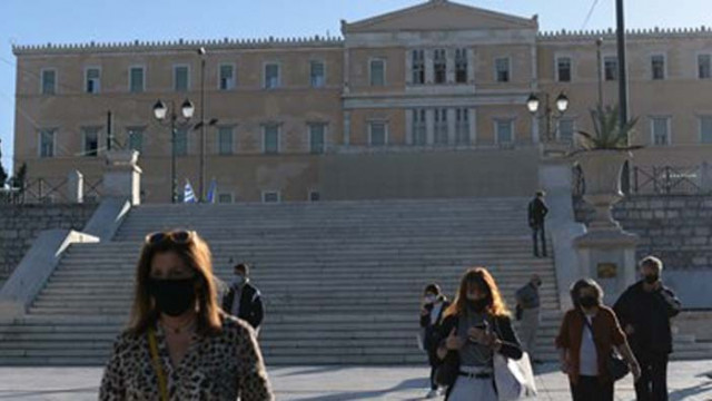 Гърците вече с маски на открито и вечерен час
