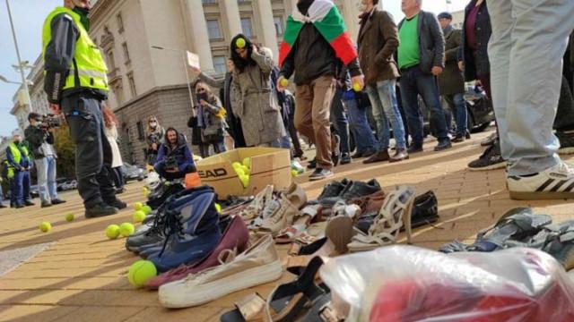 """""""Трио""""-то наредиха стари обувки пред Министерски съвет, протестират с няколко съмишленици"""