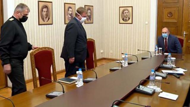 Радев и Каракачанов обсъждат как армията да действа в епидемичната обстановка