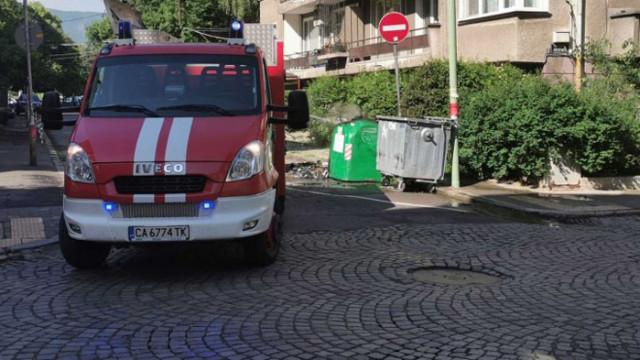 Как пожарникари гасят подпален контейнер в столичен квартал за секунди (ВИДЕО И СНИМКИ)