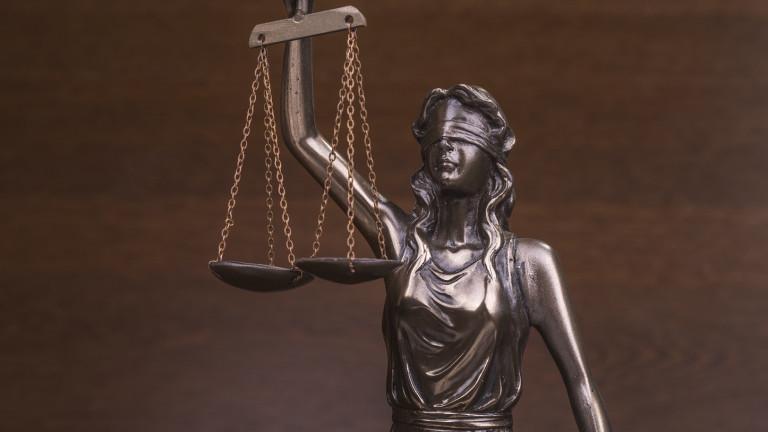 Домашен арест за съдебния заседател, източил чужда кредитна карта