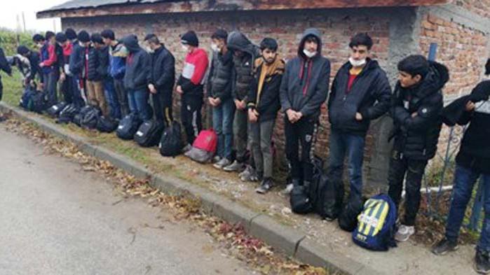 Задържаха двама трафиканти, возили в бус 19 мигранти (СНИМКИ)