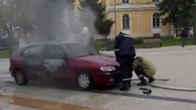 Защо е била запалена колата пред Община Враца?