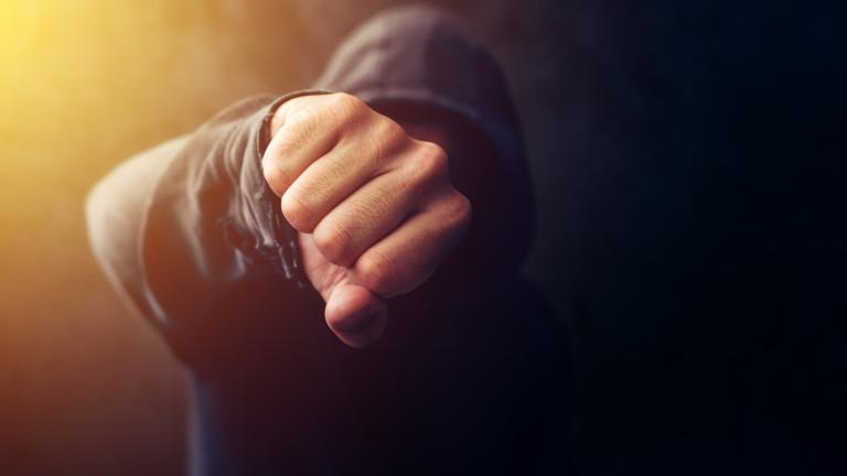 Непълнолетен наби двама мъже и една жена в Кърджалийско