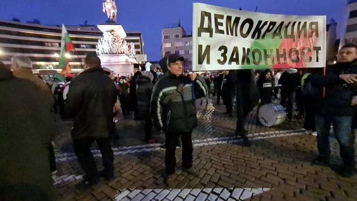 Протестиращи без маски блокираха движението пред предишната сграда на парламента