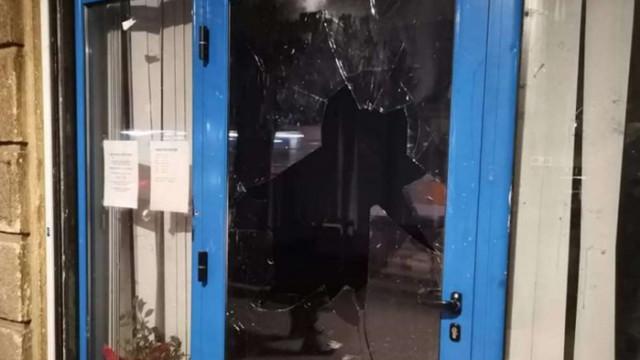 """""""Мирни"""" протестиращи изпочупиха офис на ГЕРБ в София, петима са задържани"""