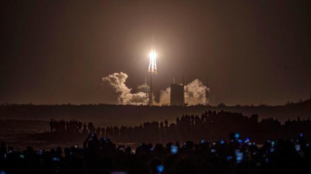 Китайски космически кораб ще вземе проби от Луната