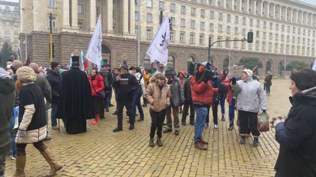 Ето ги - безсмъртните глупци. 100 човека без маски мятат бомбички по полицията