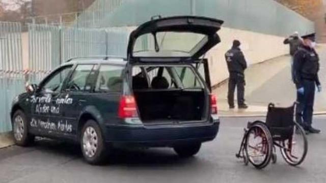 Автомобил се вряза във вратите на канцлерството в Берлин
