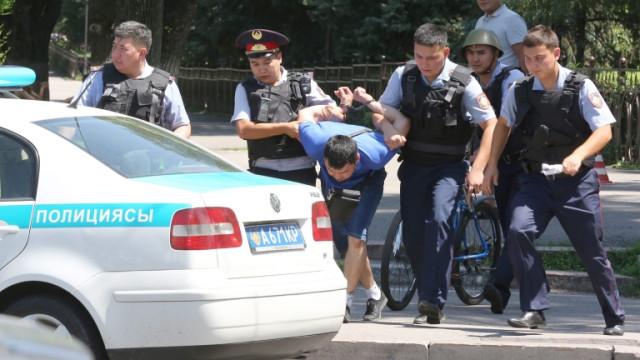 Задържа десетки антиправителствени протестиращи в Казахстан