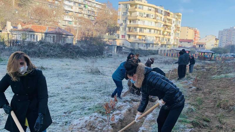 """Аспаруховци посадиха дръвчета като част от кампанията """"Залеси Варна"""""""
