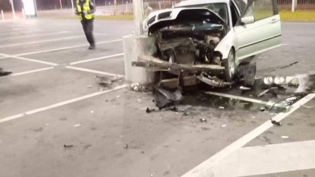 Джигит се заби в бетонна колона на празен паркинг пред хипермаркет в Аспарухово