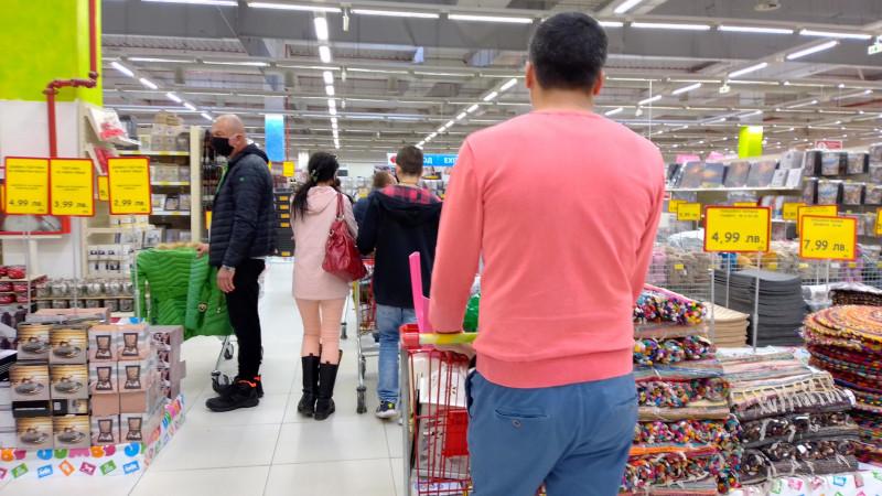 Спазват ли се мерките след наложения частичен локдаун и има ли контрол над хипермаркетите?